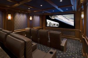 vast projectiescherm in fraaie thuis cinema